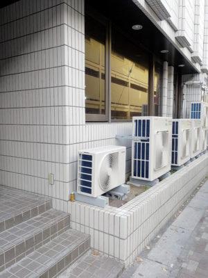 新しいエアコンの室外機が設置されてた